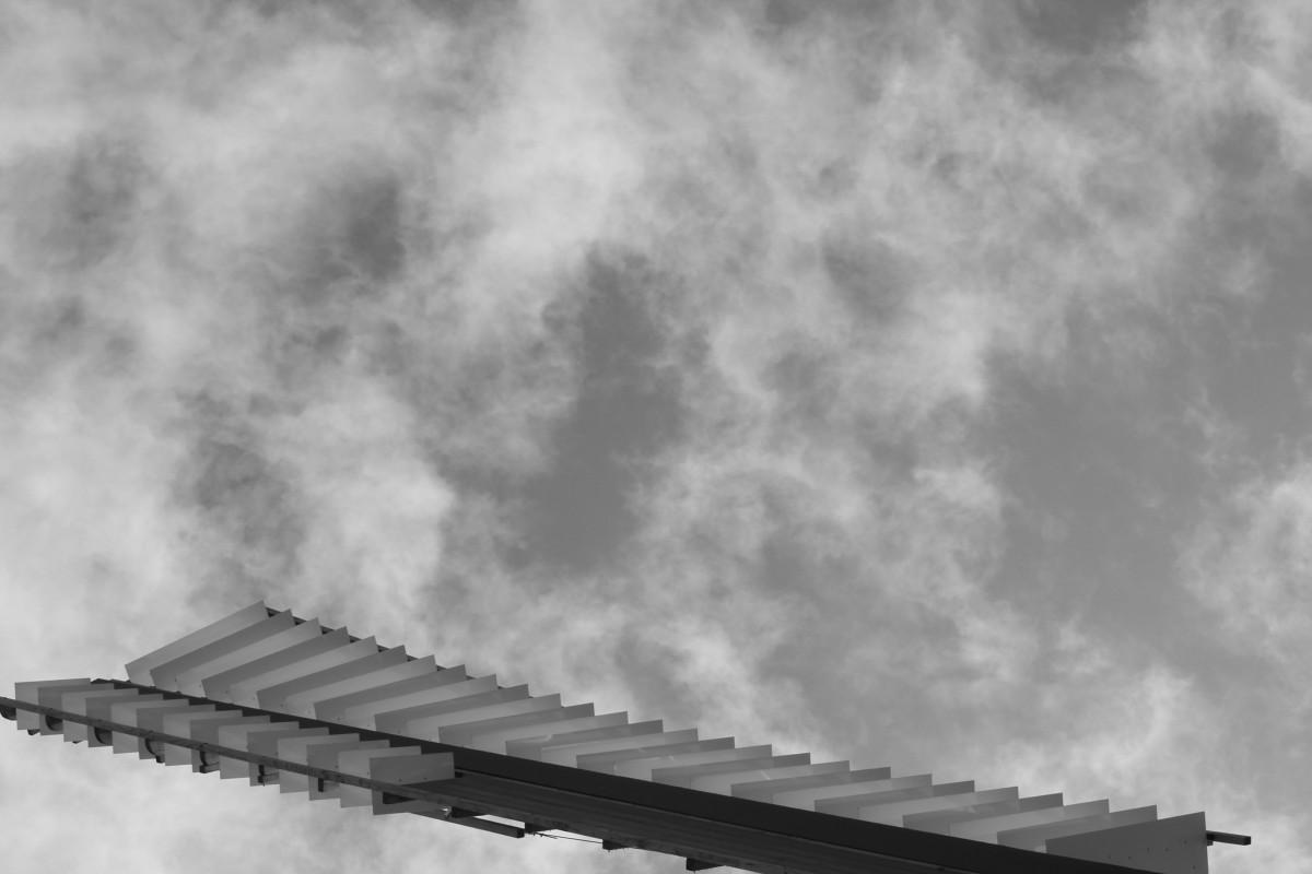 Windmühlenblatt vor bewölktem Himmel