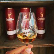 Glenfiddich im Glas vor Regal