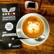 Cappuccino mit Bär-Motiv im Milchschaum