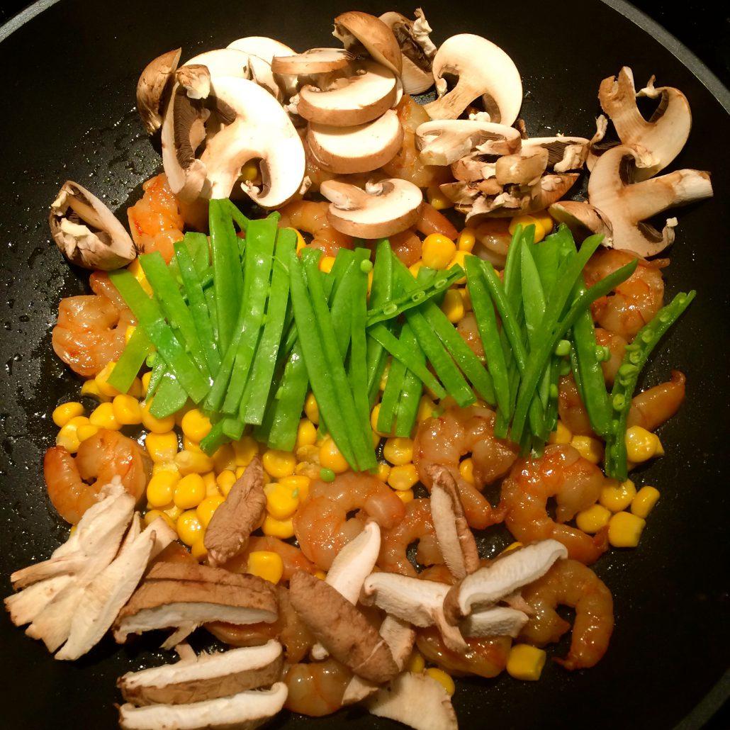 Pfanne mit Gemüse und Garnelen