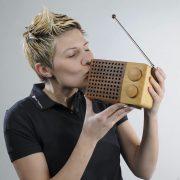 Ein Holzradio küssend